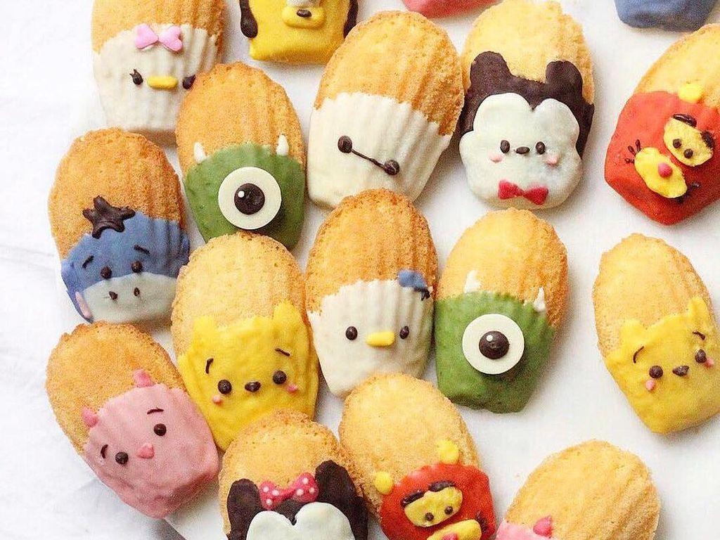Madeleines yang dicelupkan dengan cokelat warna-warni ternyata bisa menghasilkan bentuk karakter unik. Ada Winnie The Pooh, Micket hingga Pluto. Foto: Instagram sweet_essence