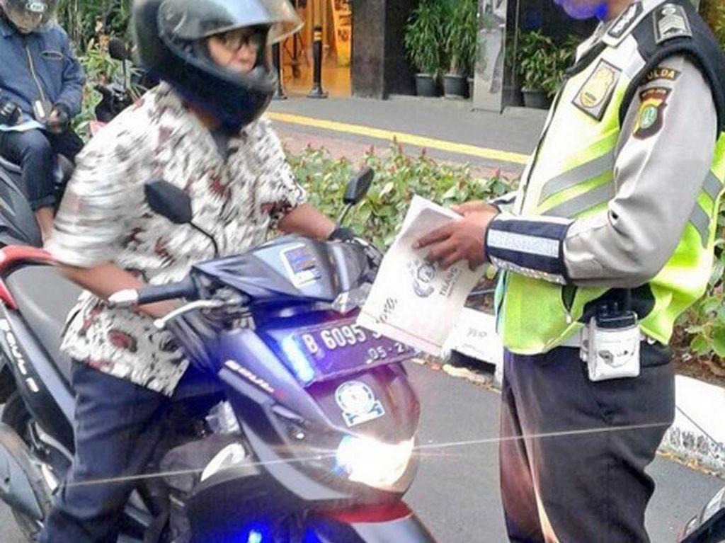 Bahkan beberapa pengendara sepeda motor juga ikut terjaring razia akibat menggunakan lampu strobo. Istimewa/Instagram/tmcpoldametro.