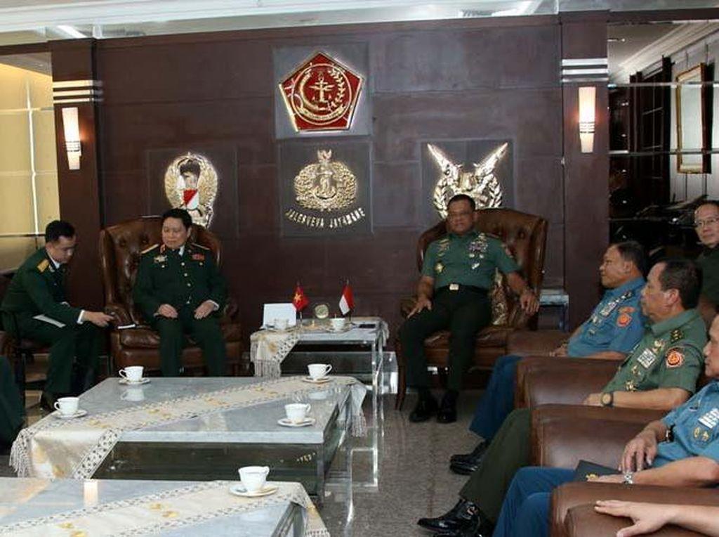 Kunjungan ini dalam rangka peningkatan hubungan Angkatan Bersenjata Indonesia dengan Vietnam yang harus terus dijaga dan dipererat guna menciptakan stabilitas keamanan kawasan yang tenteram dan damai. (Puspen TNI).