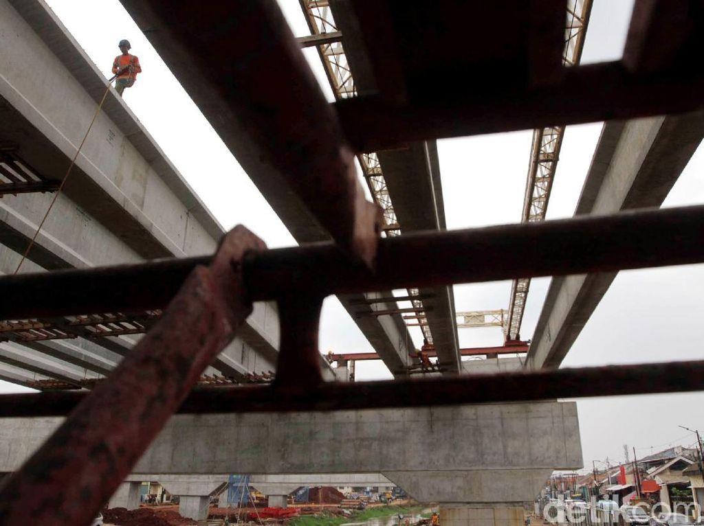 Proyek tol ini sendiri sudah dimulai sejak tahun 1995 pada era Presiden Soeharto. Pembangunan Jalan Tol Becakayu kembali dilanjutkan pada Januari 2015 setelah mangkrak sejak 1998.
