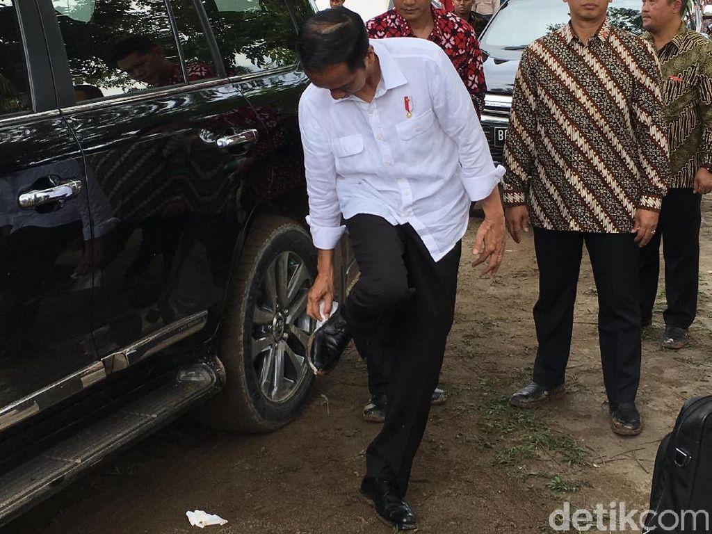 Sepatu kulit yang dikenakan Presiden Joko Widodo (Jokowi) dipenuhi lumpur saat blusukan di Musi Banyuasin. Foto: Jordan/detikcom