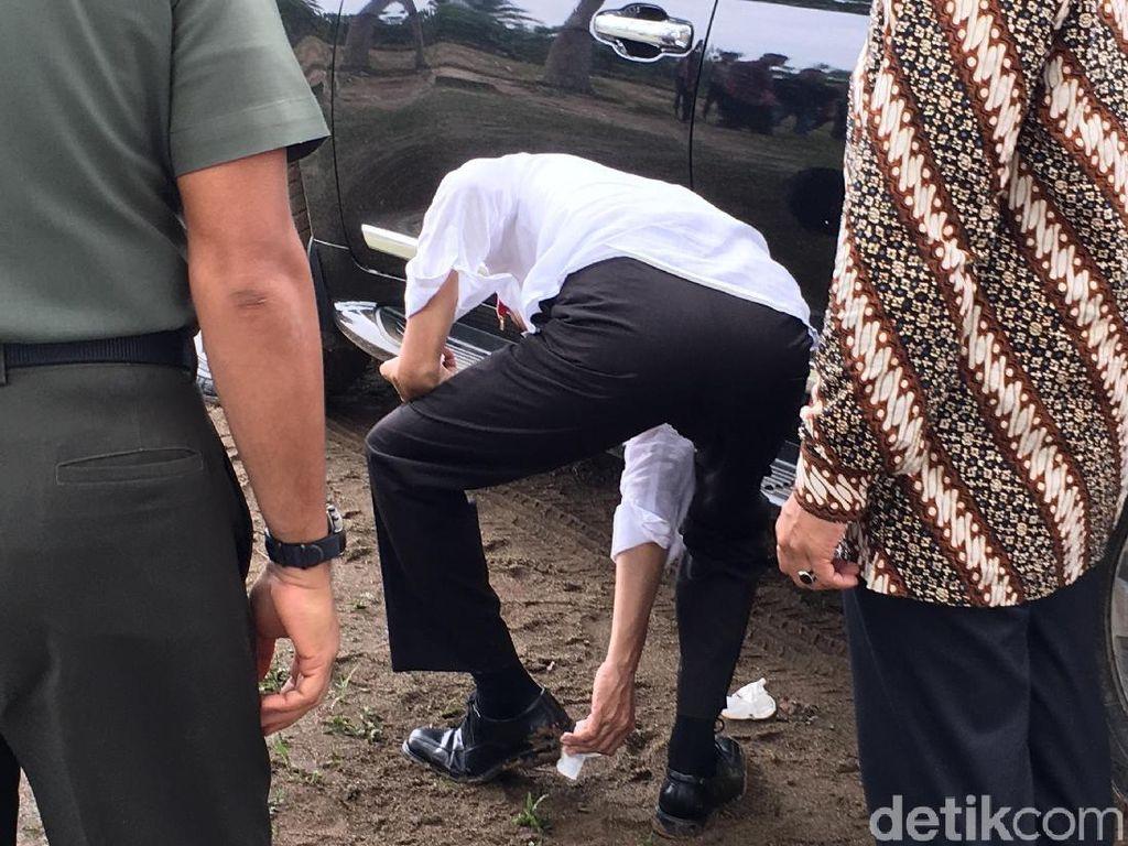Daratan yang dipijakJokowi basah dan becek.Namun hal itu tak jadi penghambat Jokowi yang tetap bersalaman dan berfoto bersama warga. Bahkan Jokowi sempat membagikan buku tulis, kain batik, dan kaus kepada warga. Foto: Jordan/detikcom