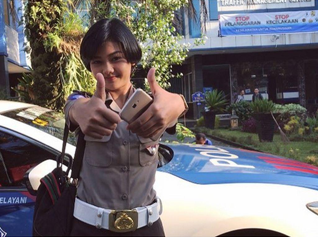 Dia juga memposting aktivitasnya sebagai polisi wanita (polwan) di Dirlantas Polda Metro Jaya.