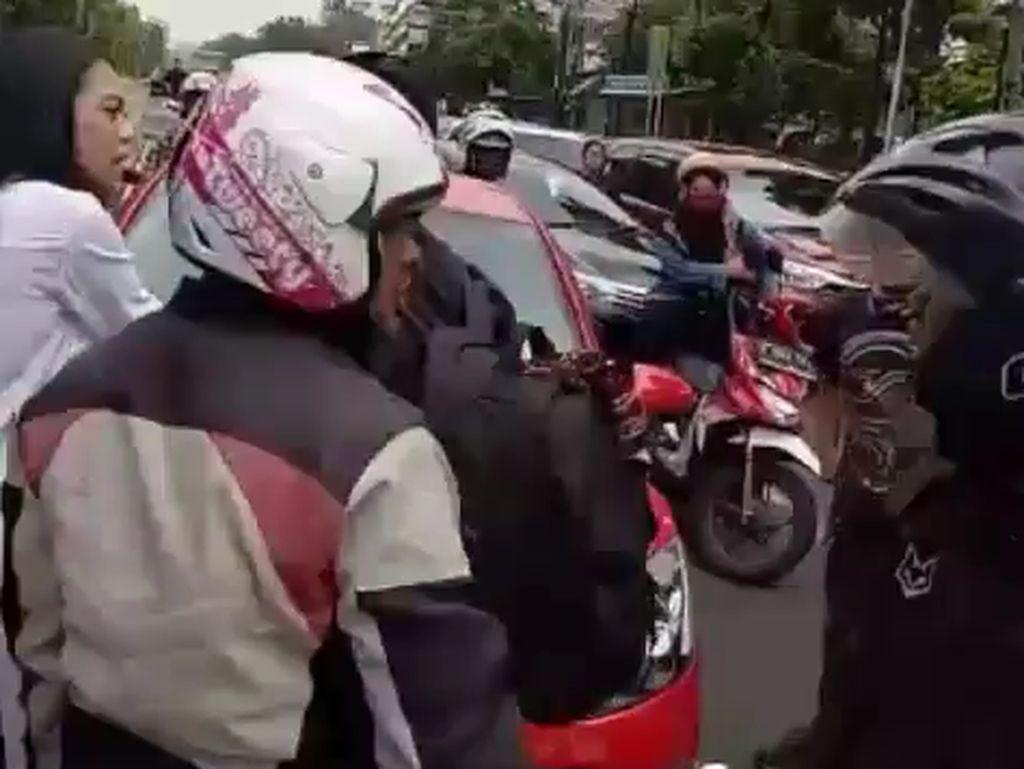Telah terjadi perkelahian seorang anggota TNI AL yang bernama Lettu Satrio dengan pengendara mobil Mazda B 1599 PVH merah di Jalan Pemuda, Rawamangan, Jakarta Timur, kata Kanit Laka Lantas Polres Jakarta Timur, AKP Agus lewat keterangan tertulisnya.