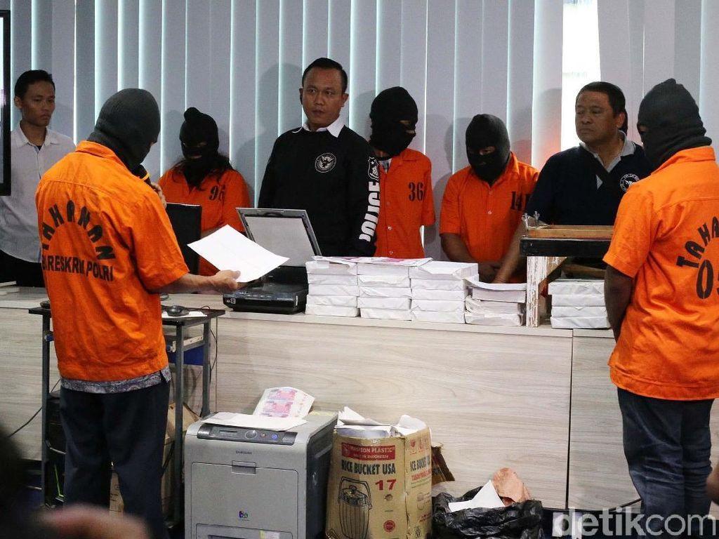 Atas perbuatannya, pelaku telah dilakukan penahanan oleh penyidik Bareskrim dan dijerat dengan pasal 36 ayat 1,2,3 dan pasal 37 UU nomor 7 tahun 2011 tentang Mata Uang dan Pasal 3 atau pasal 5 UU nomor 8 tahun 2010 tentang Pencegahan dan Pemberantasan TPPU dengan ancaman hukuman Seumur Hidup.