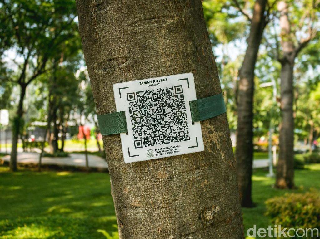 Kita bisa mencari lebih tahu mengenai Taman Potret dengan menggunakan sebuah QR Code.