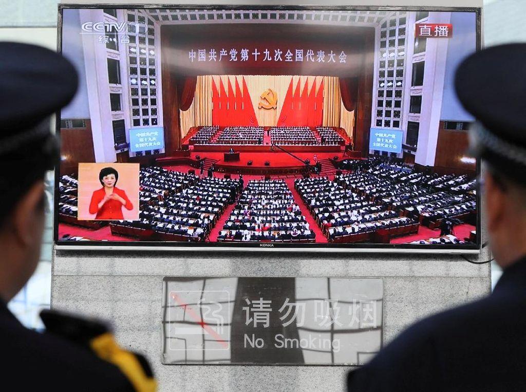 Pidato Presiden Xi ini berlangsung selama nyaris 3,5 jam tanpa jeda. Pidato ini ditayangkan secara langsung oleh televisi setempat. Foto: REUTERS/Stringer