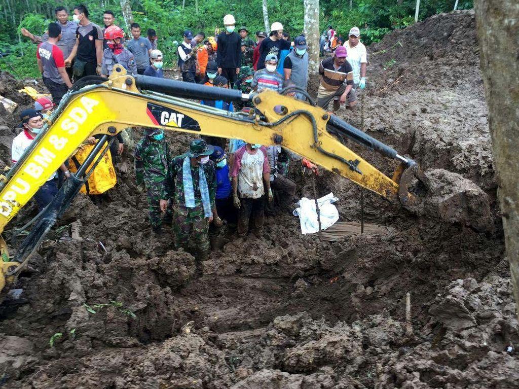 Yonif Raider 515 Kostrad Evakuasi Korban Longsor di Jember