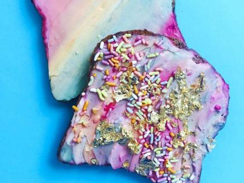 Ia juga membuat unicorn toast. Roti panggang dengan paduan krim berwarna-warni dengan tambahan meisjes warna warni dan taburan emas. Wow! Foto: Adeline Waugh