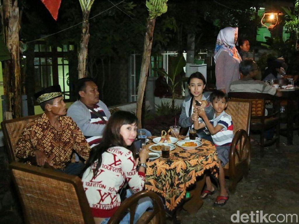 Para pecinta kopi berkumpul untuk menikmati racikan kopi Robusta dan Arabika Banyuwangi yang disangrai secara tradisional. Dipadu dengan ragam jajanan khas Kemiren yang enak seperti lepet, tape buntut hingga bolu kuwuk. Foto: Ardian Fanani