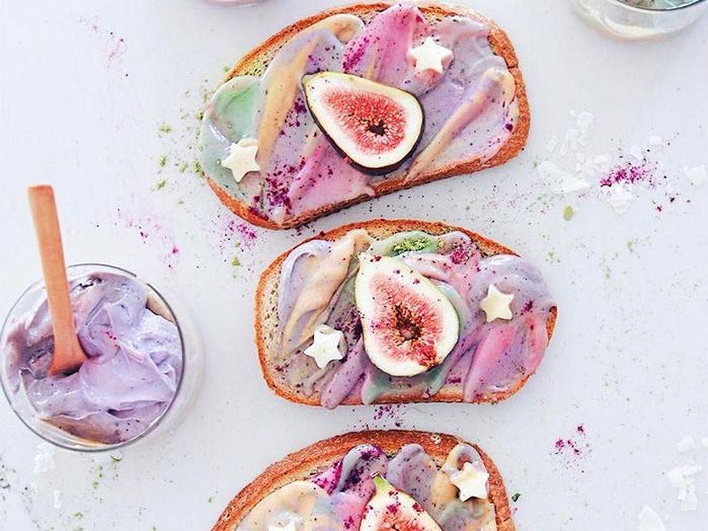 Roti dengan paduan cream unicorn juga diberi tambahan topping lain. Foto: Adeline Waugh