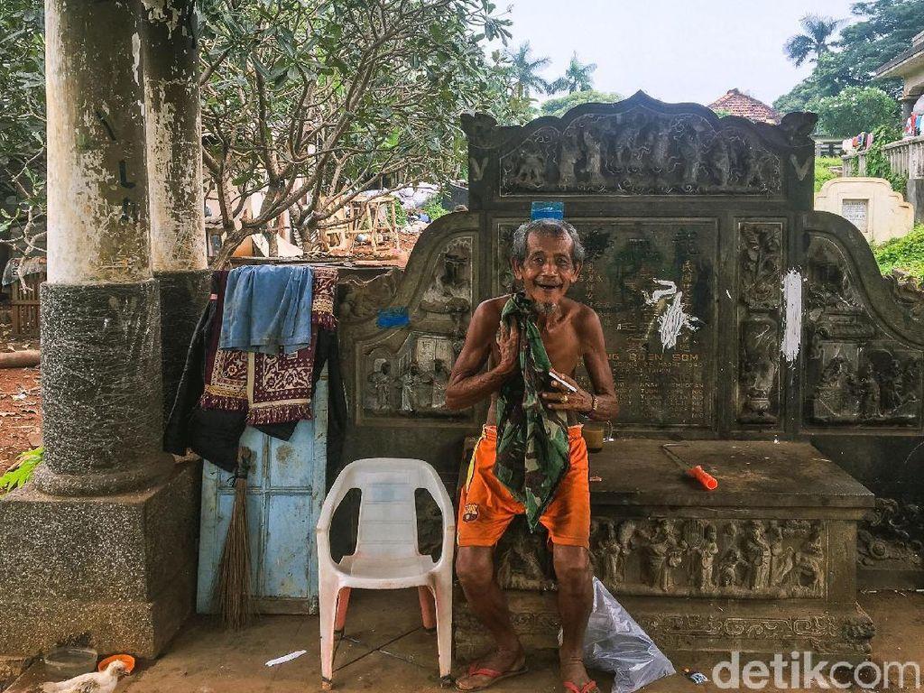 Potret Jakarta, Orang Tinggal di Kuburan