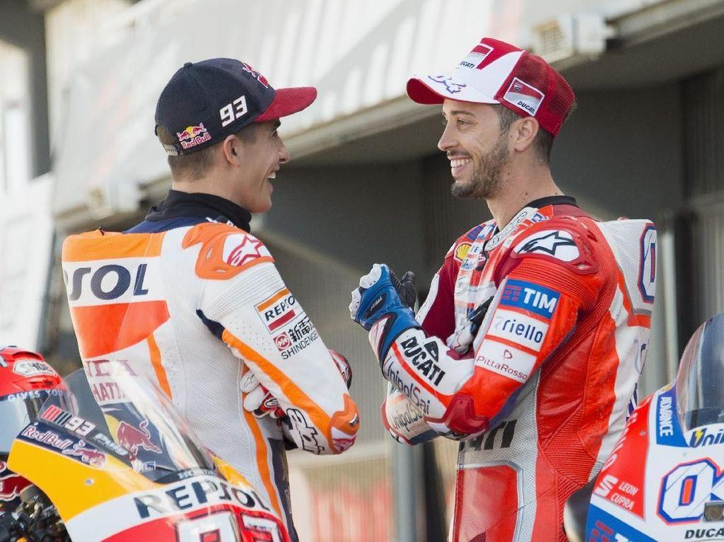Marquez dan Dovi tertlihat akrab di sesi foto tersebut. Keduanya terlihat berbincang hangat. (Mirco Lazzari gp/Getty Images)