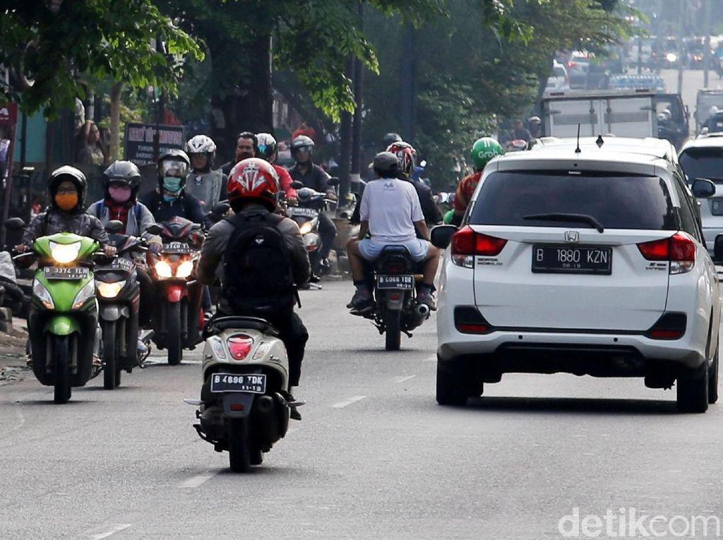 Iring-iringan pengendara bermotor melawan arus di Jalan Jenderal R.S Soekanto.