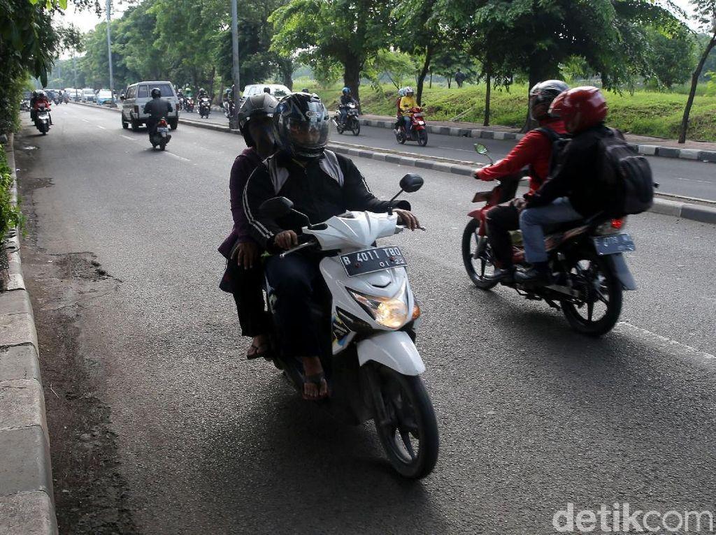 Sejumlah pengendara motor melawan arus lalu lintas di Jalan Jenderal R.S Soekanto, Pondok Kelapa, Jakarta Timur, Jumat (10/11/2017).