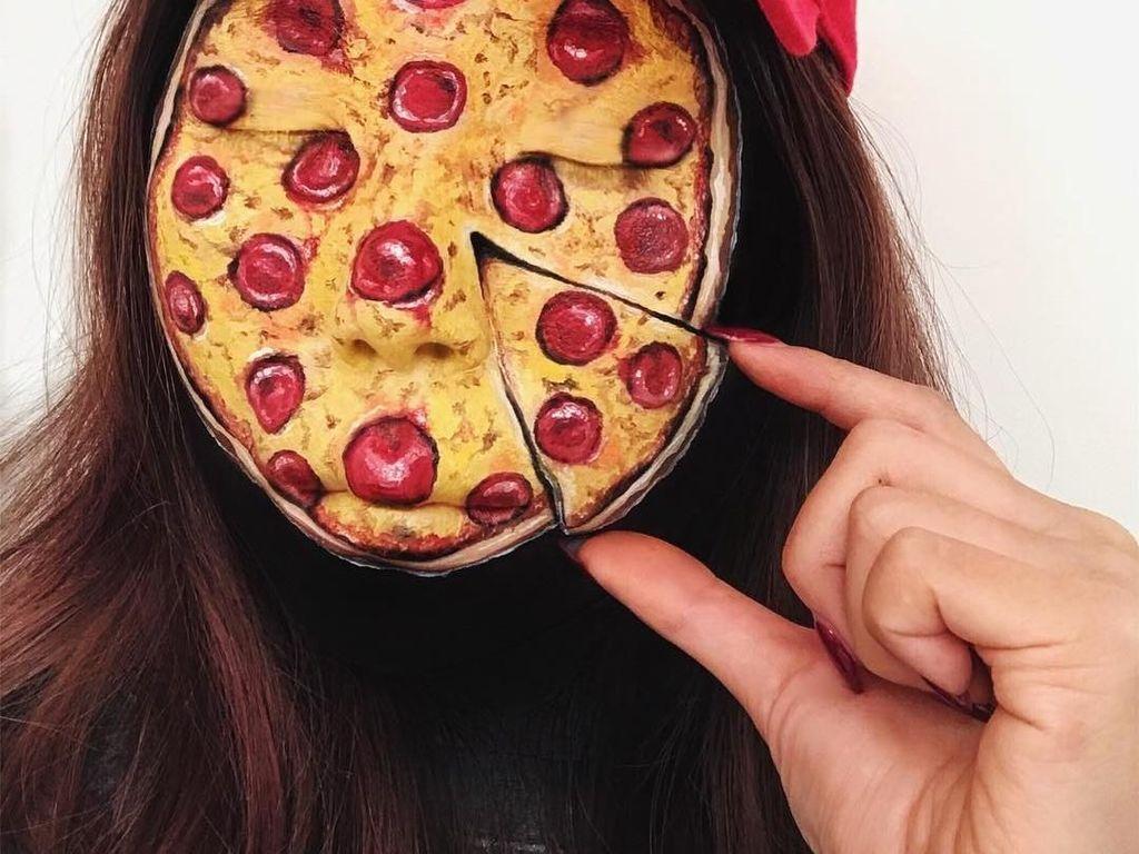 Seram atau keren? Mimi memoles wajahnya hingga mirip pizza. Ia menggunakan makeup Pumpkin Girl Kit, Aquacolors dan Supracolors. Saking detailnya, hampir tak terlihat bagian wajah Mimi. Foto: Instagram mimles