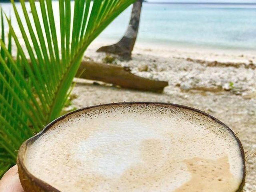 Kalau yang ini, kopinya disajikan dalam batok kelapa. Enaknya kalau minum kopi dengan wadah ini di pinggir pantai ya.Foto: Istimewa