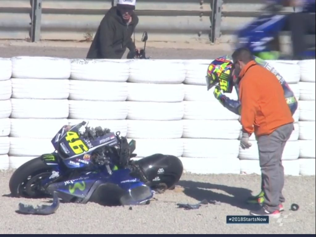 Rossi mengalami crash saat dia sedang menjalani tes musim dingin di Sirkuit Ricardo Tormo, Selasa (15/11/2017) kemarin. (Twitter @motogp)