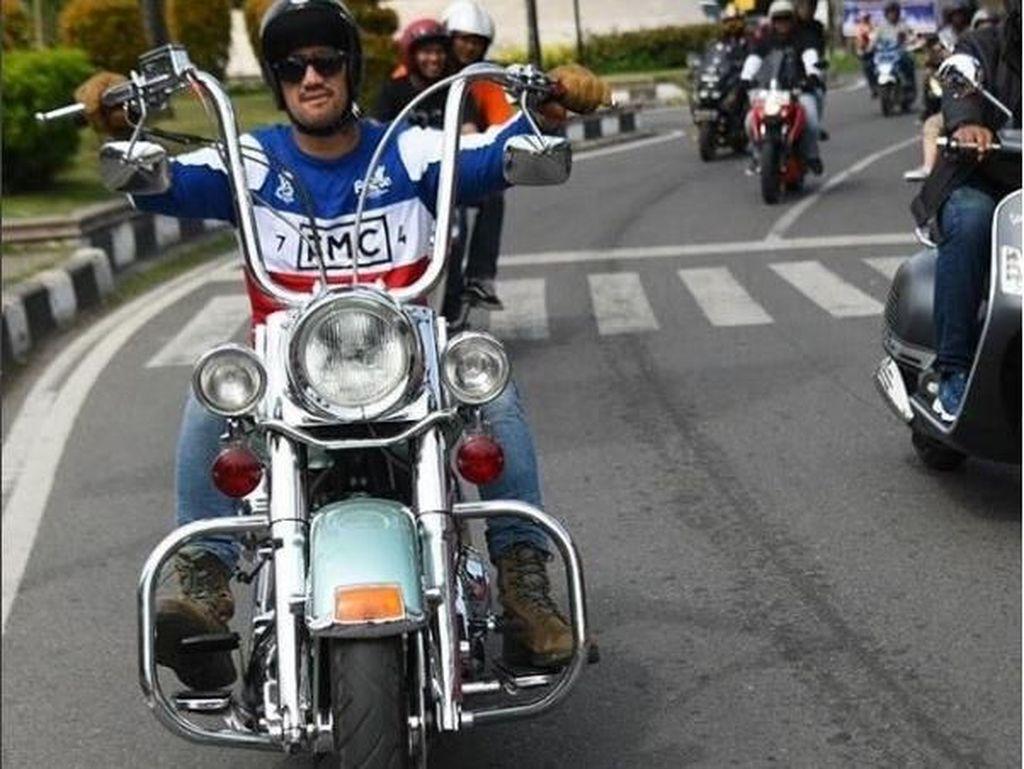 Tora yang hobi mengoleksi motor juga lebih suka membelanjakan uang lebihnya untuk membeli keperluan sepeda motornya. Foto: Instagram @t_orasudi_ro