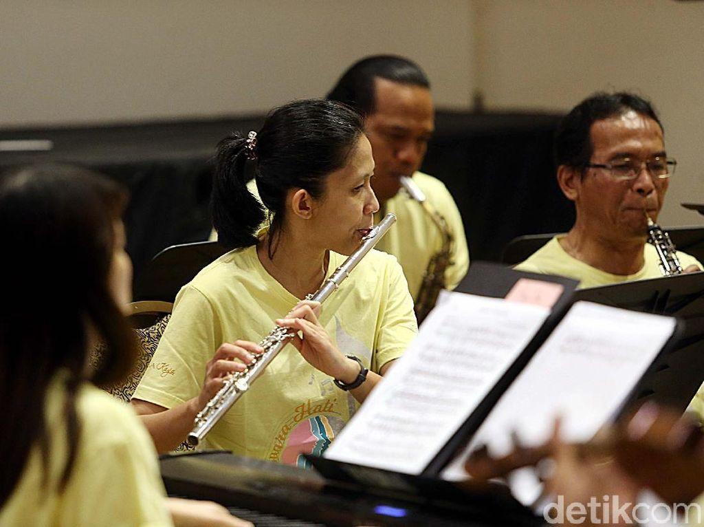 Drama musikal ini juga akan menampilkan para solois andalan Indonesia, seperti Christine Tambunan, Farman Purnama, Fitri Muliati, dan Renno Krisna.