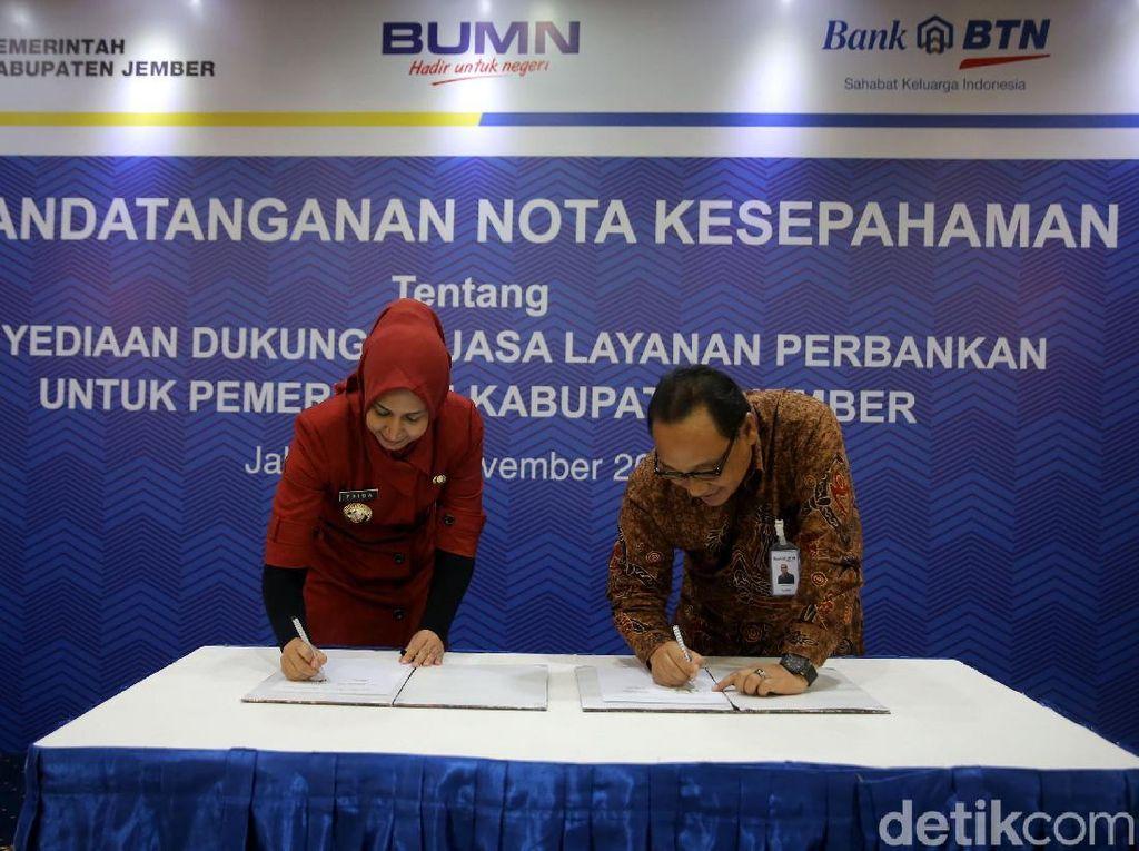 Bupati Jember Faida (kiri) dan Direktur Utama Bank Tabungan Negara Maryono (kanan) menandatangani naskah kerja sama.