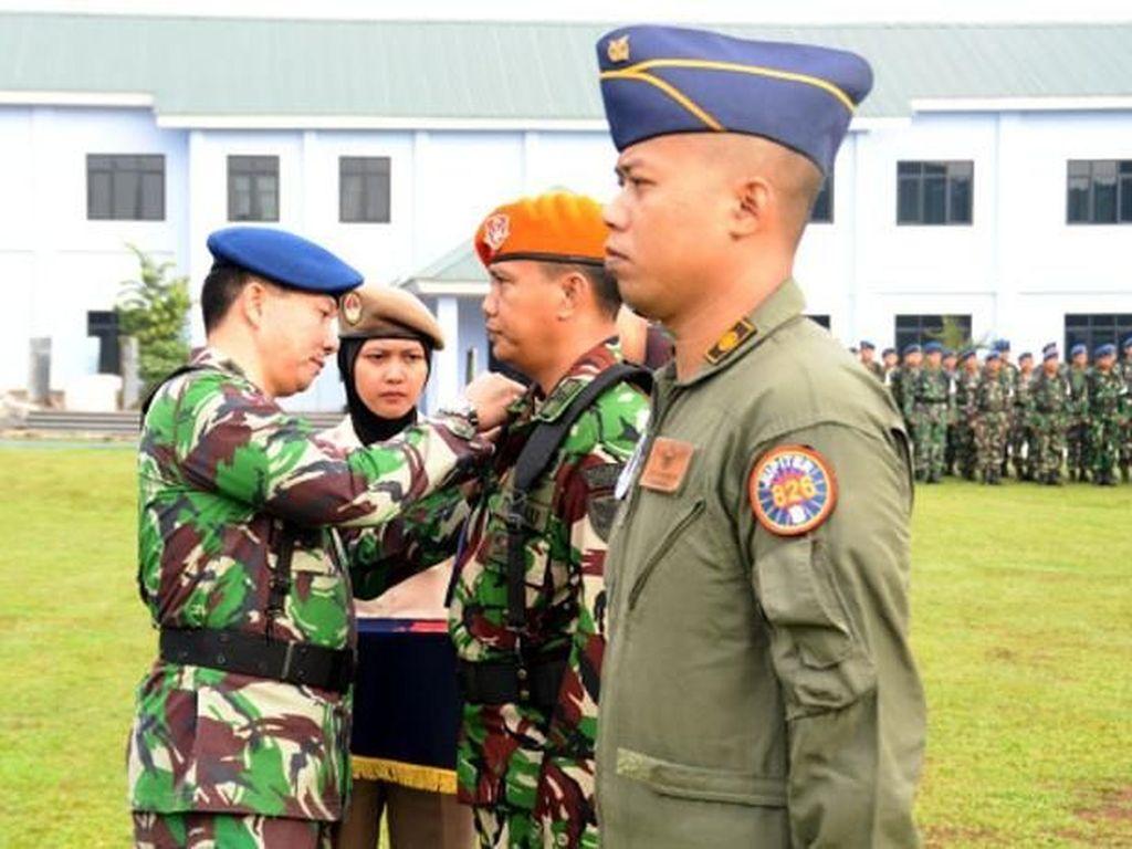 Penyematan tanda peserta latihan. Pool/Puspen TNI.