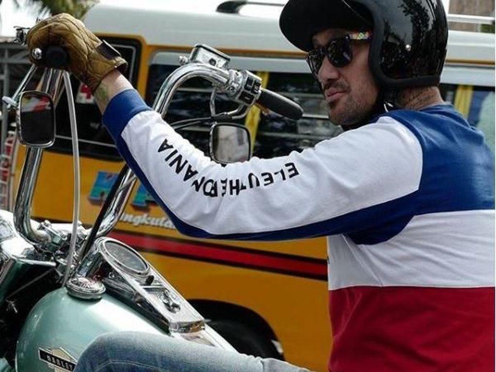 Suami Mieke Amalia itu memang lebih suka mengendarai motor sehari-harinya. Mobil hanya digunakan Tora untuk keperluan tertentu. Foto: Instagram @t_orasudi_ro
