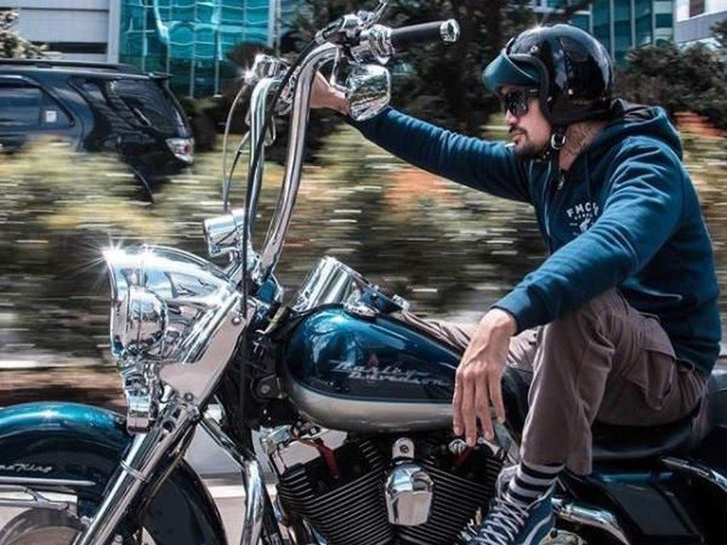 Saat berkunjung ke kantor detikcom beberapa waktu lalu, Tora mengaku suka mengoleksi motor. Saat ini ada lima sepeda motor yang dikoleksi Tora namun jenisnya berbeda-beda. Kelima motor tersebut adalah Triumph, Harley Davidson, Vespa, Gas Gas, dan Vespa matik. Foto: Instagram @t_orasudi_ro