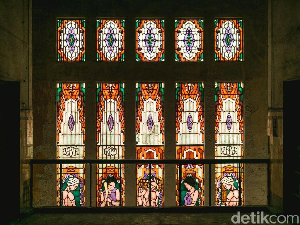 Di area tangga menuju lantai 3 gedung ini terdapat jendela yang menggunakan kaca-kaca berwarna yang indah.