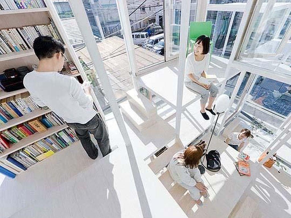Dibangun oleh seorang arsitek, Sou Fujimoto, rumah berukuran 914 kaki persegi (sq ft) ini adalah sebuah rumah transparan. Istimewa/boredpanda.