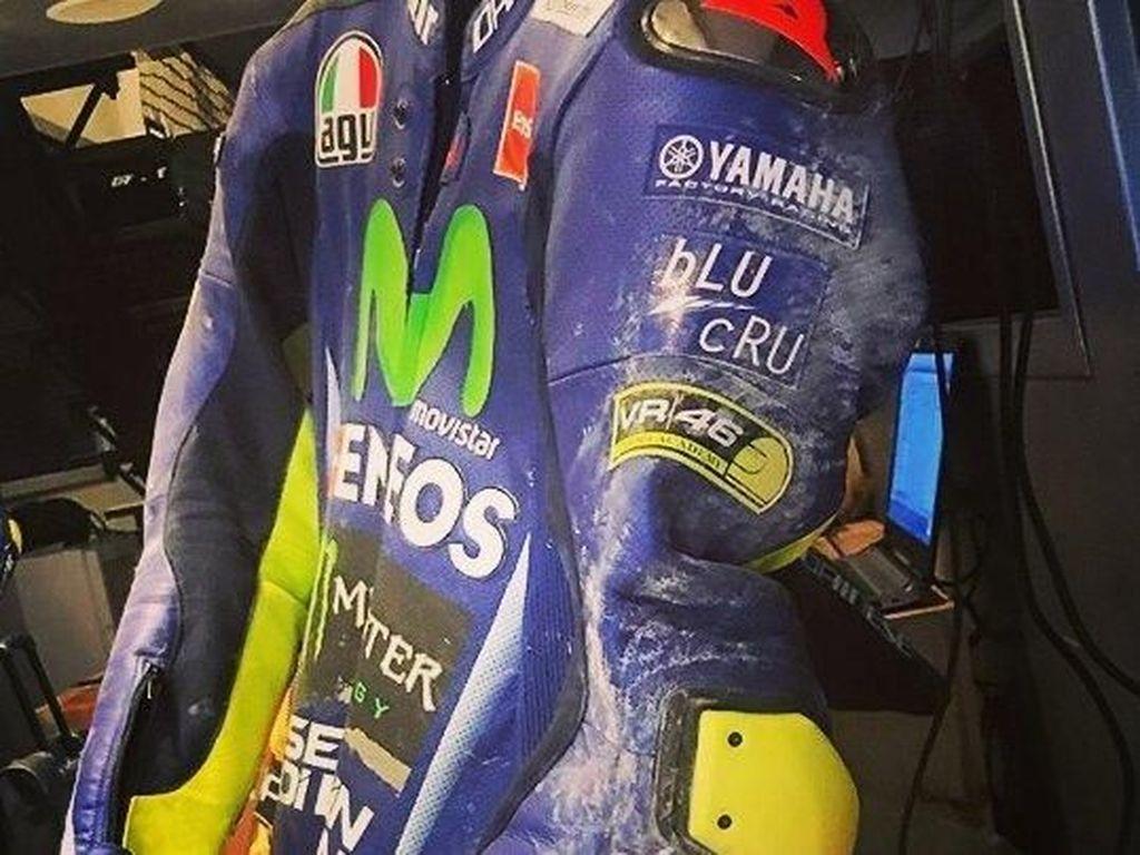 Kondisi baju balap Rossi. Baju balap ini melindungi Rossi dari mengalami cedera parah. (Instagram @ririyellow46)