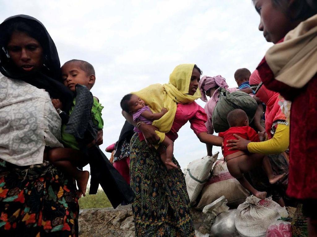 Ia tidak sendiri, wanita-wanita Rohingya lainnya juga melakukan hal yang sama. Mohammad Ponir Hossain/Reuters.