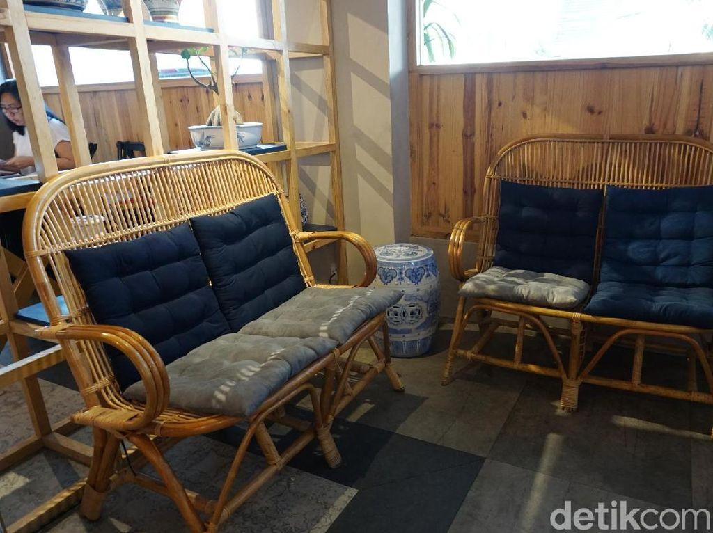 Jajaran kursi kayu yang memenuhi ruangan ini. Foto: Lusiana Mustinda