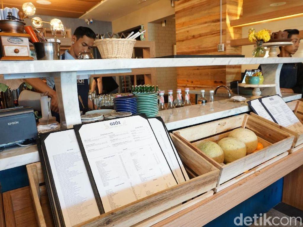 Peti kayu yang diletakkan di depan barista ini unik. Ternyata peti-peti ini digunakan sebagai tempat menyimpan papan menu dan juga buah-buahan segar. Bisa sekaligus jadi hiasan ya. Foto: Lusiana Mustinda