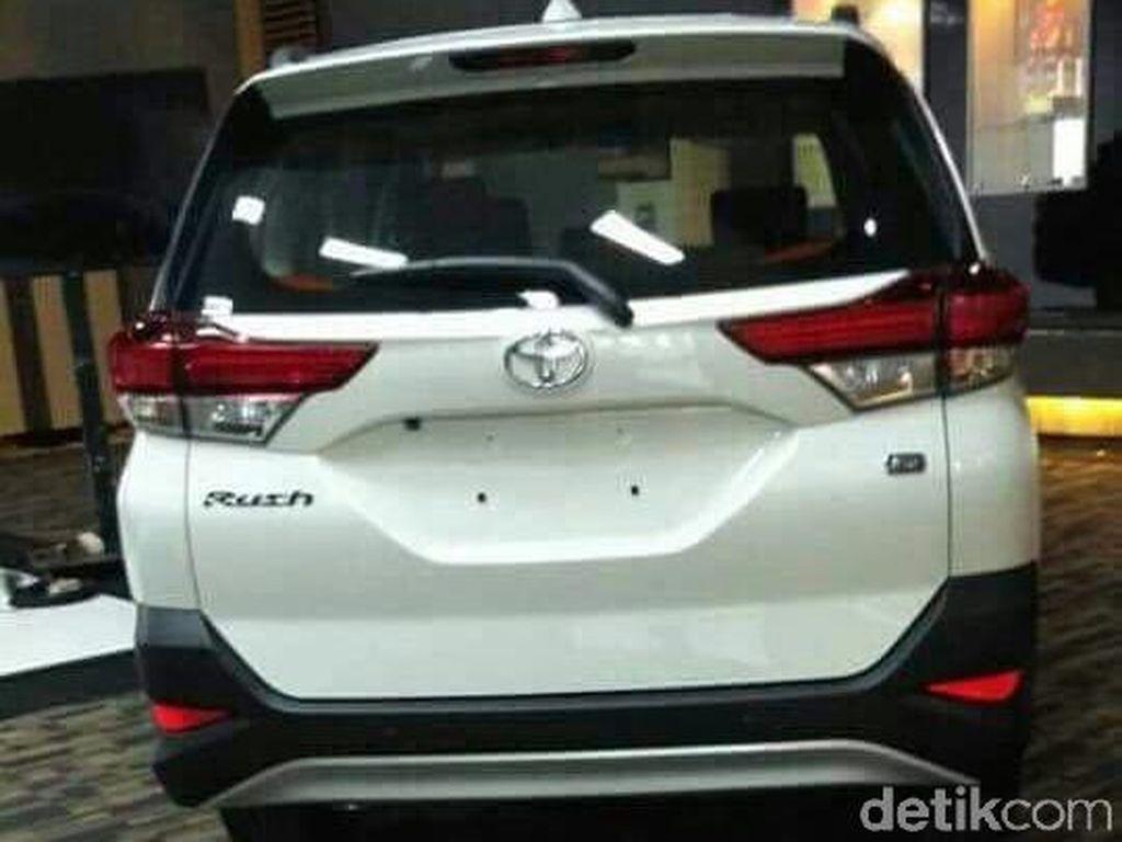 Ke belakang, Toyota mencopot ban cadangan, membuat Toyota Rush terlihat lebih ramping. Stop lampnya juga lebih keren. Foto: Istimewa