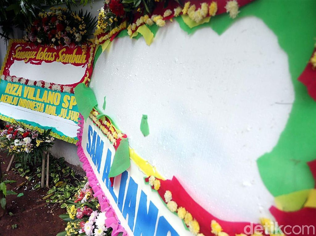 Foto: Kasihan! Karangan Bunga Papa Tiang Listrik Berumur Pendek