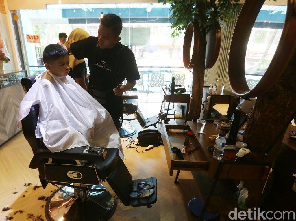 Diperlukan keunikan dan kekhasan tersendiri saat membuka bisnis barbershop. Tren bisnis jasa barbershop makin menanjak dari hari ke hari.