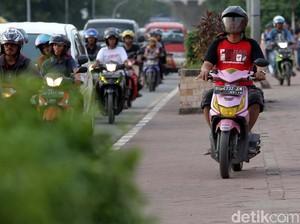 Pemotor Rebut Hak Pejalan Kaki di Jembatan Ampera