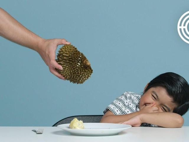 Lucunya! Anak-anak Bule Ini Mencicip Buah Naga hingga Durian