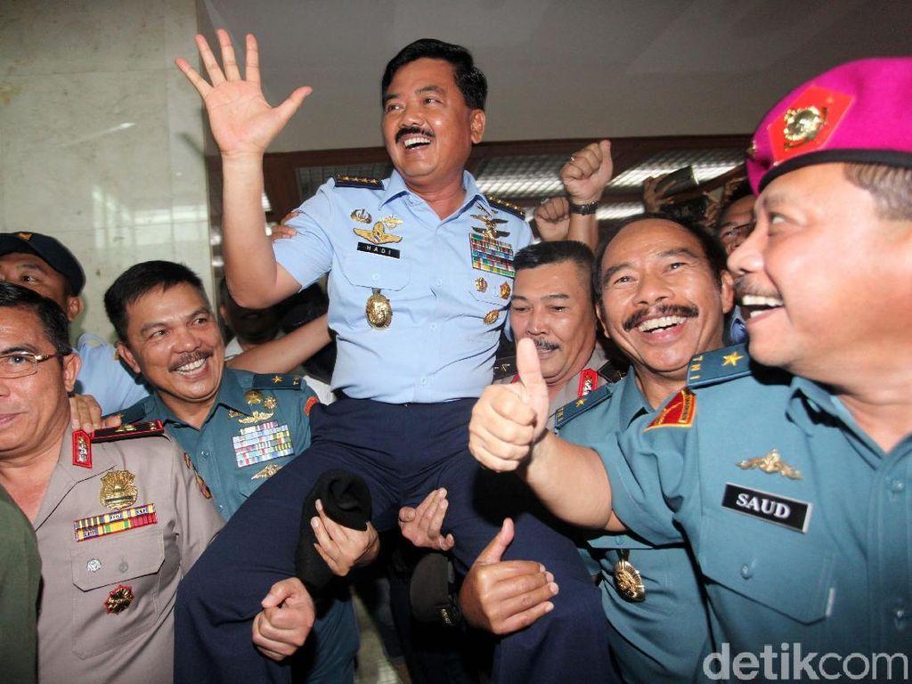 Usai menjalani sesi uji kepatutan di ruang Komisi I DPR, kompleks parlemen, Senayan, Jakarta, Rabu (6/12/2017), Hadi keluar ruangan. Hadi lalu disambut para sahabatnya saat masih di Akabri, angkatan 1986.