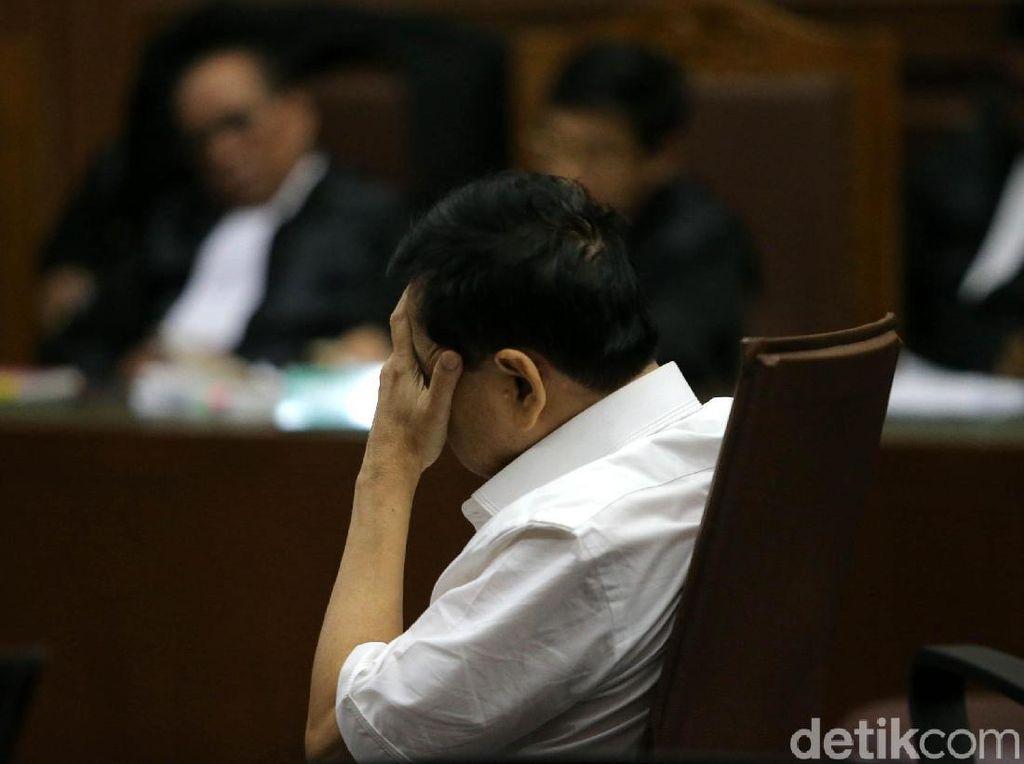 Novanto yang Terus Tutupi Wajah Saat Dakwaan Dibacakan