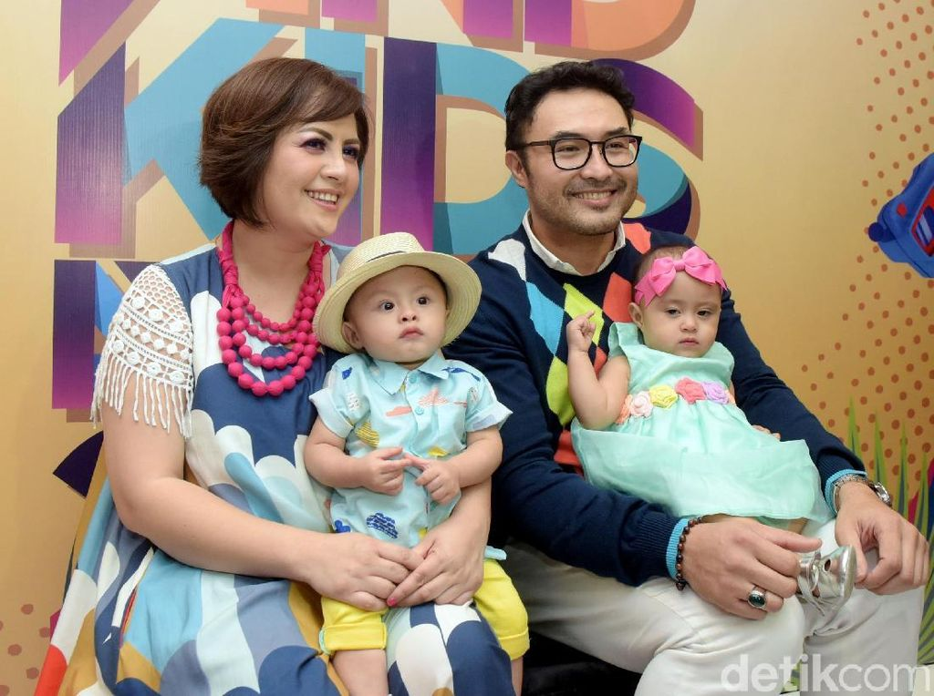 Happy Family! Senyum Bahagia Keluarga Surya Saputra